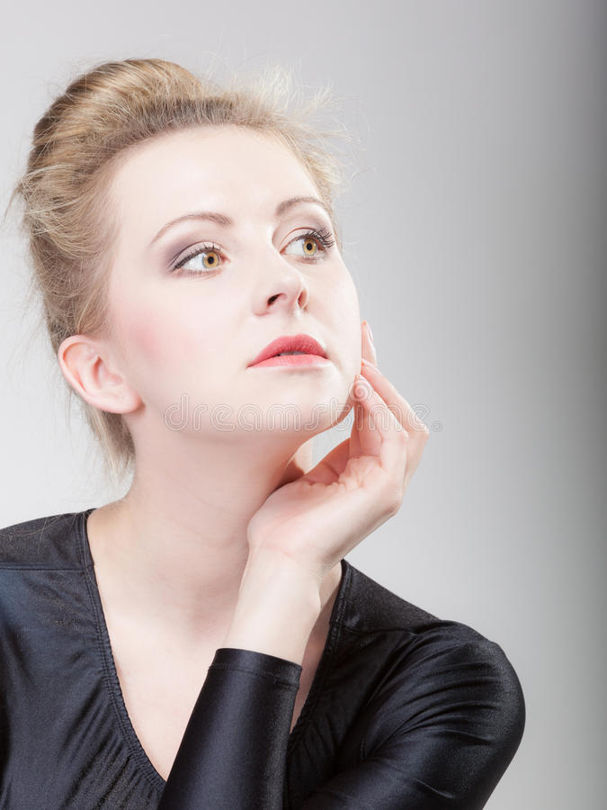 Девушка портрета молодая красивая белокурая составляют и плюшка волос стоковые изображения