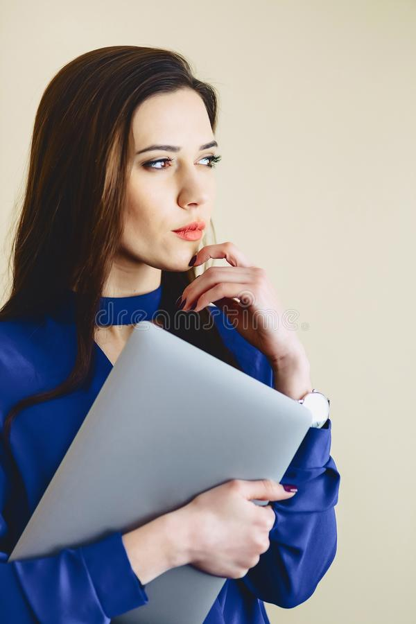 девушка портрета с компьтер-книжкой на предпосылке стены стоковое изображение