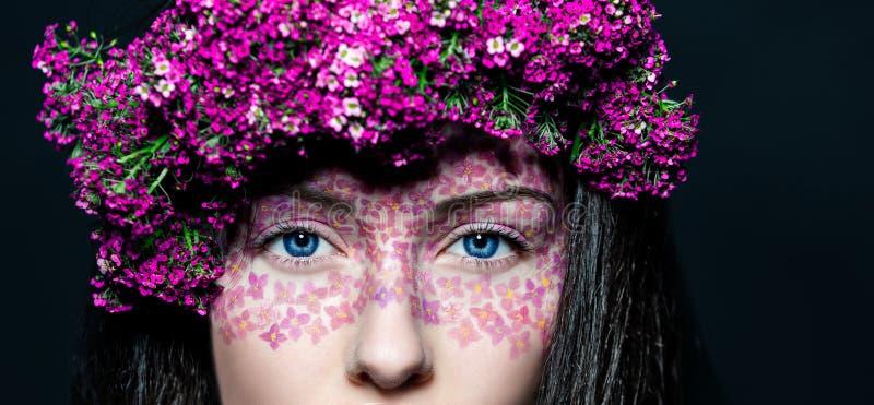 Девушка портрета с творческим составом и цветками стоковое фото