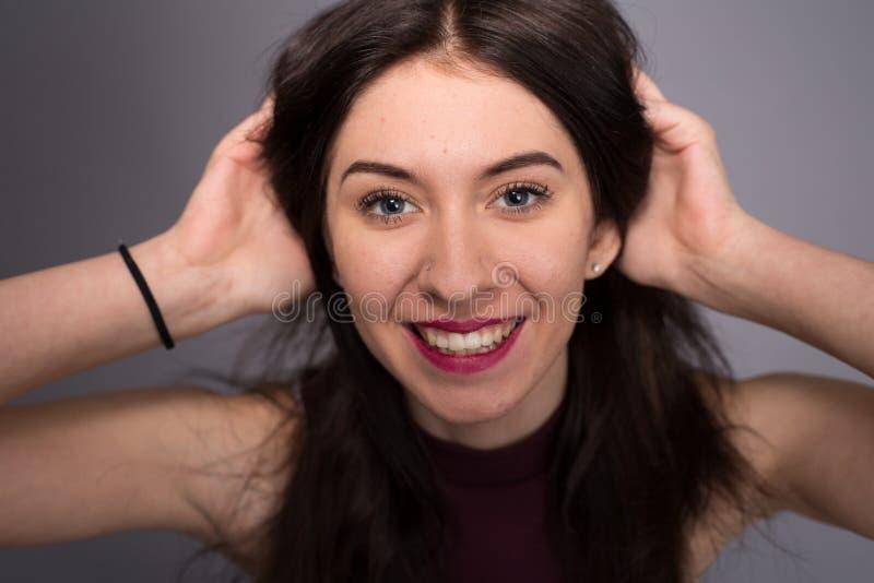 Девушка портретов симпатичная в студии стоковая фотография rf