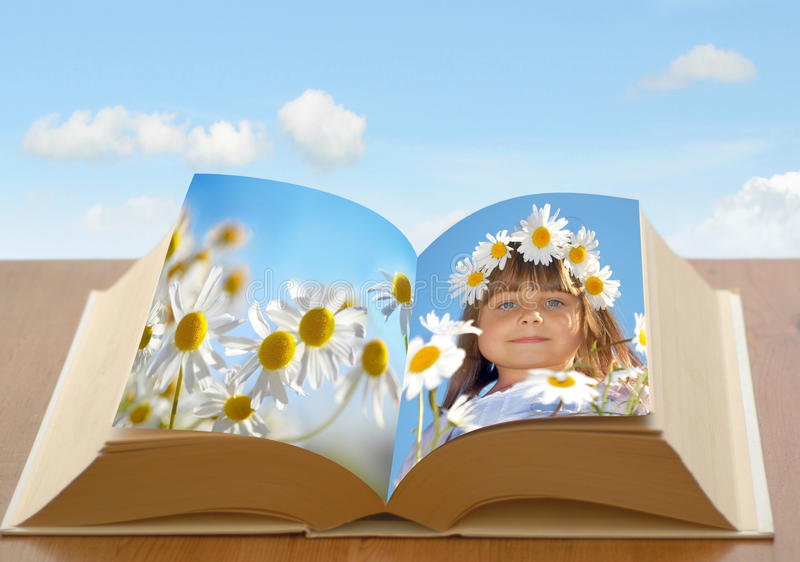 Девушка последовательного подключения в книге стоковое изображение