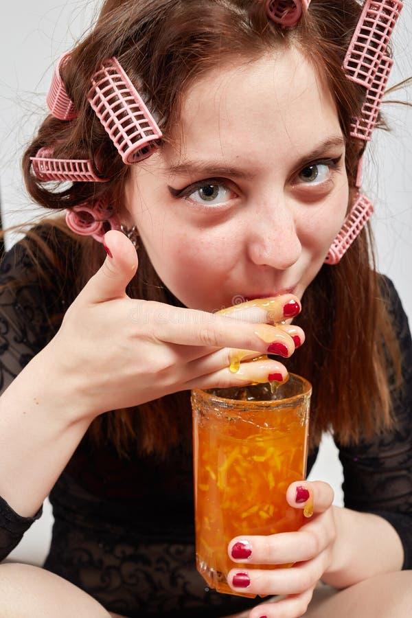 Девушка потехи ест стоковая фотография rf