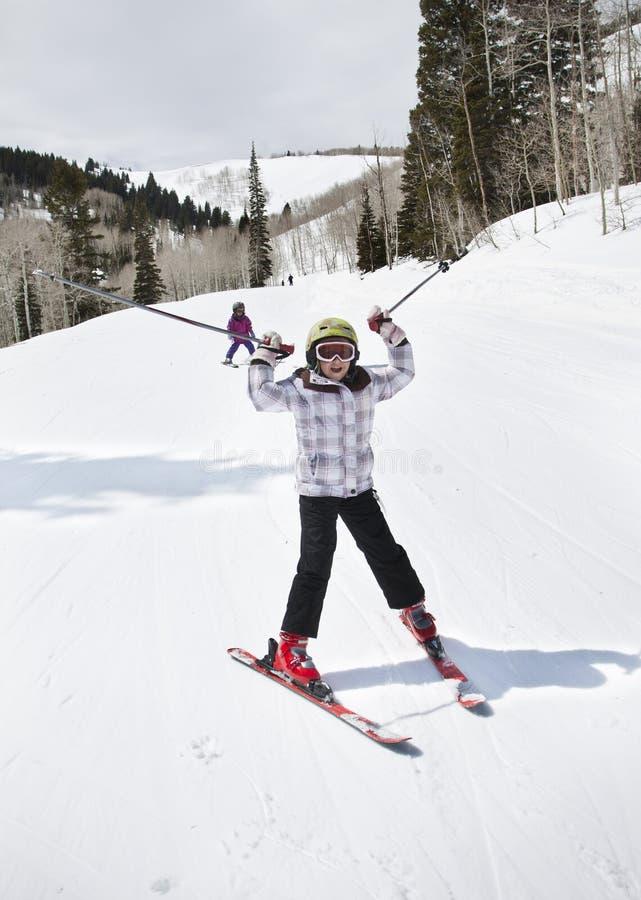 девушка потехи имея лыжу склоняет детеныши стоковые фотографии rf