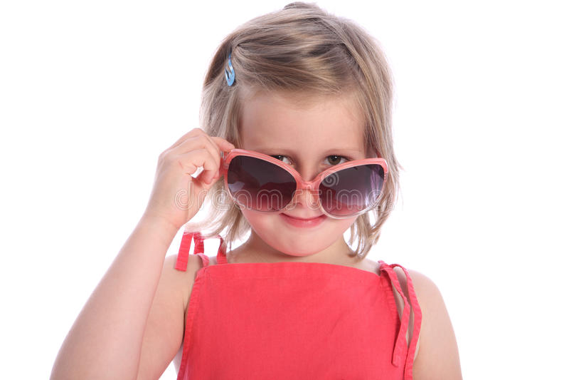 девушка потехи имея старый год 6 солнечных очков стоковые фото