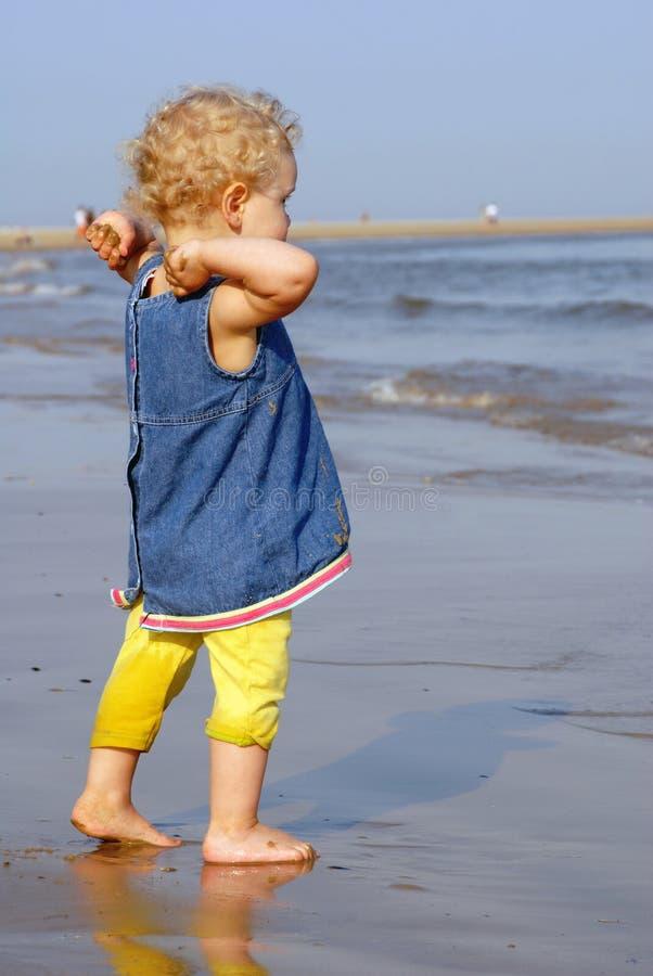 девушка потехи пляжа имея немногую стоковые фото