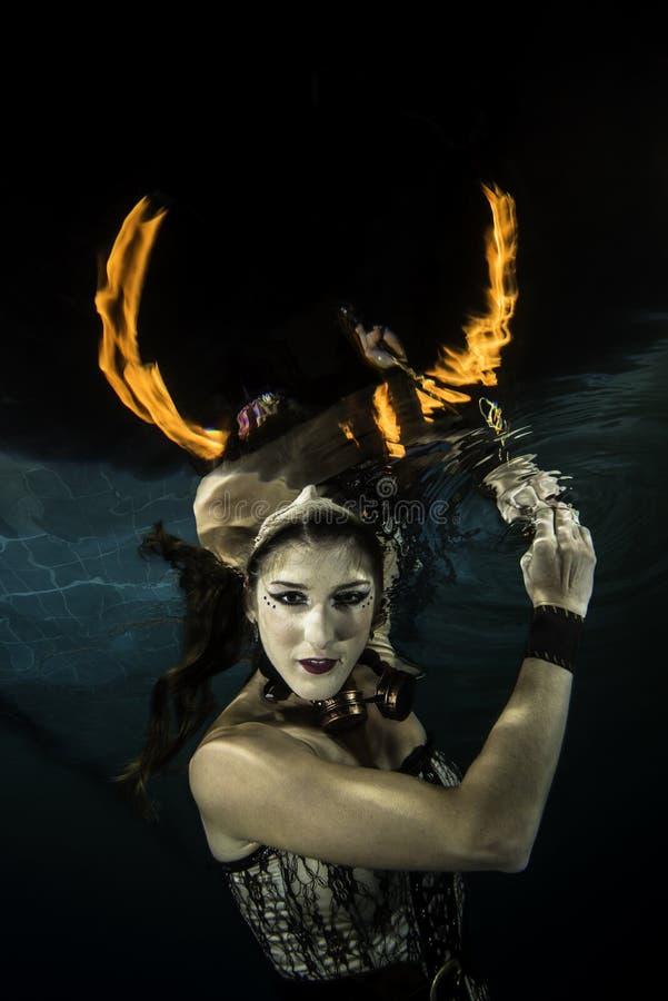 Девушка подводная с firehorn стоковое изображение rf