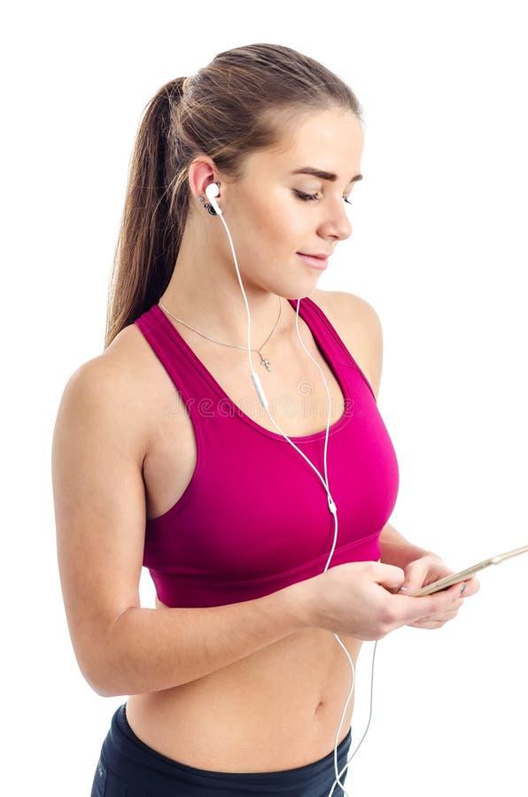 Девушка подготавливает музыку перед идущей разминкой стоковые фотографии rf
