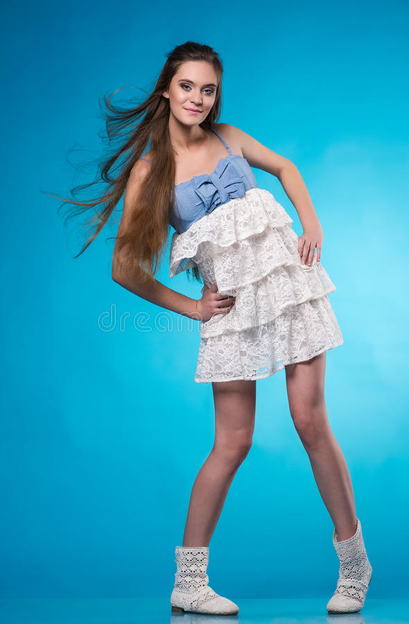 Девушка подростка в белом платье шнурка стоковое фото