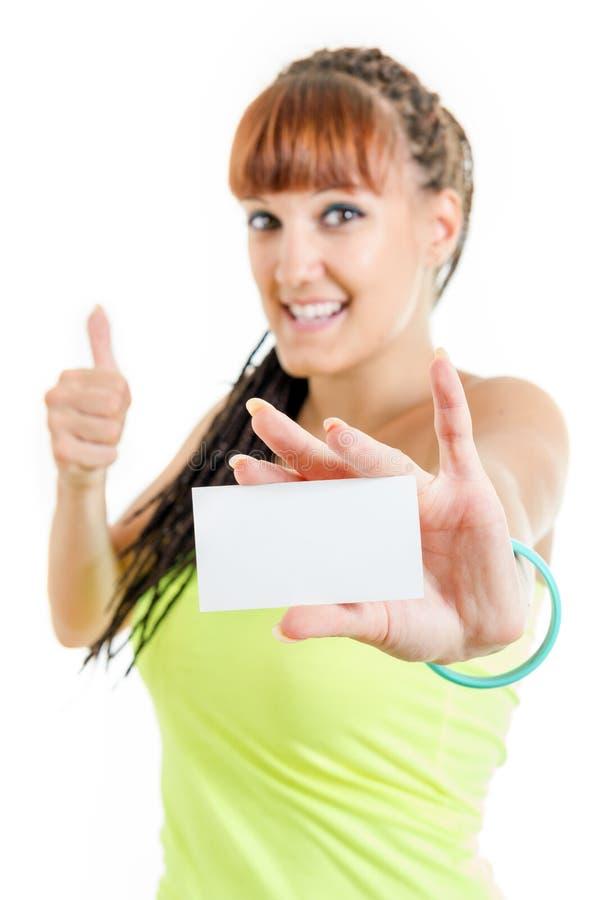 Девушка подростка показывая пустой знак карточки чистого листа бумаги с spac экземпляра стоковое фото rf