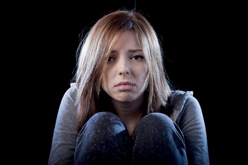 Девушка подростка чувствуя сиротливую вспугнутую унылую и отчаянную страдая жертву депрессии задирая стоковые изображения