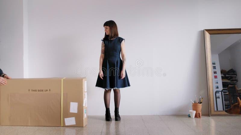 Девушка получает большой пакет видеоматериал