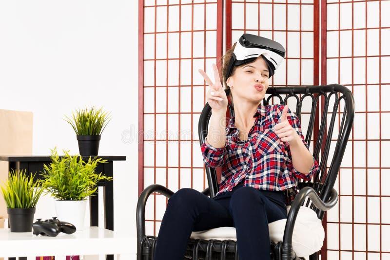 Девушка получая опыт используя стекла VR виртуальной реальности стоковые изображения rf