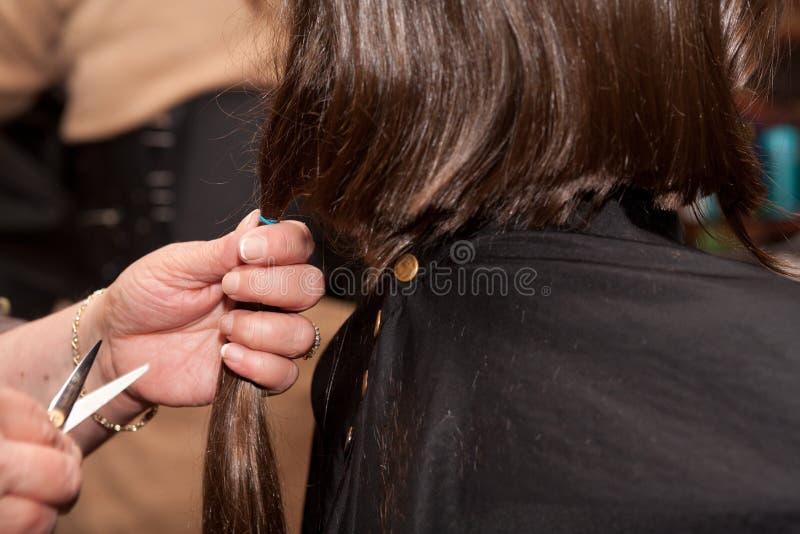 Девушка получая стрижку стоковые фотографии rf
