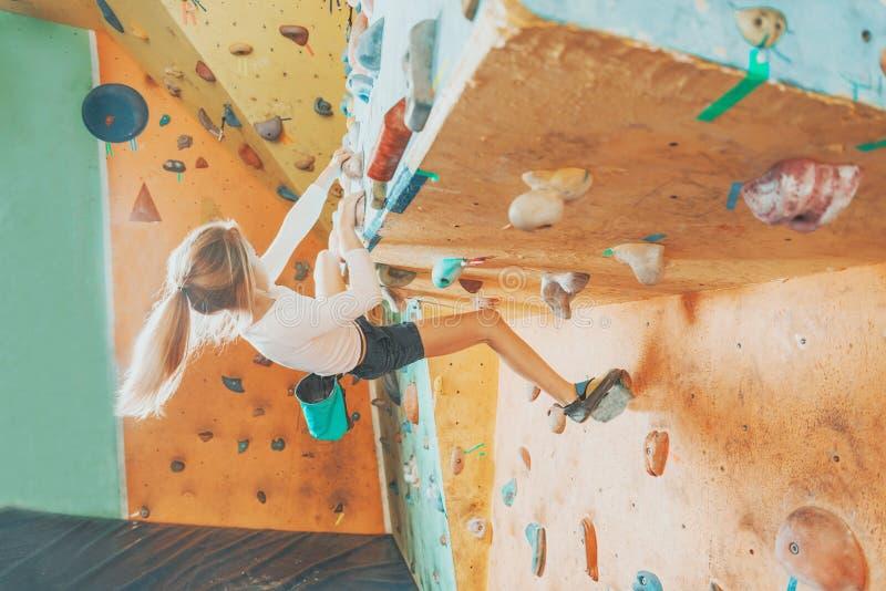 Девушка практикуя в взбираясь спортзале стоковая фотография rf