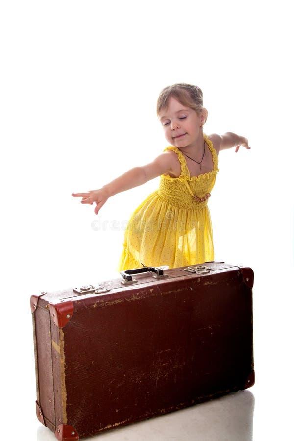 девушка предпосылки изолированная над детенышами путешественника чемодана белыми Изолировано над белой предпосылкой стоковое фото rf