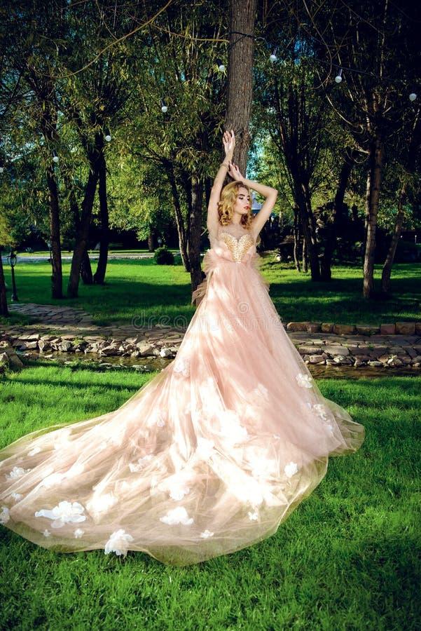 Девушка представляя в сочном платье стоковое фото rf