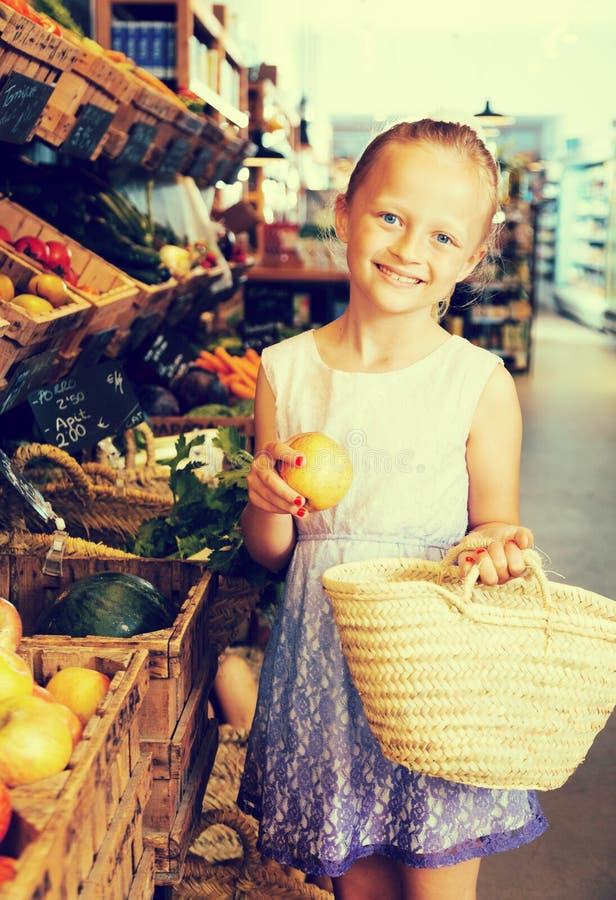 Девушка представляя с печеньями в супермаркете стоковые изображения rf