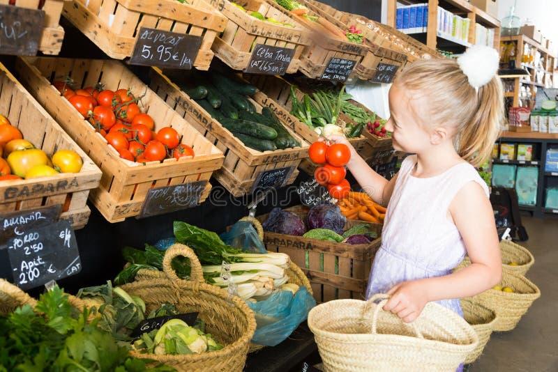 Девушка представляя с печеньями в супермаркете стоковое фото
