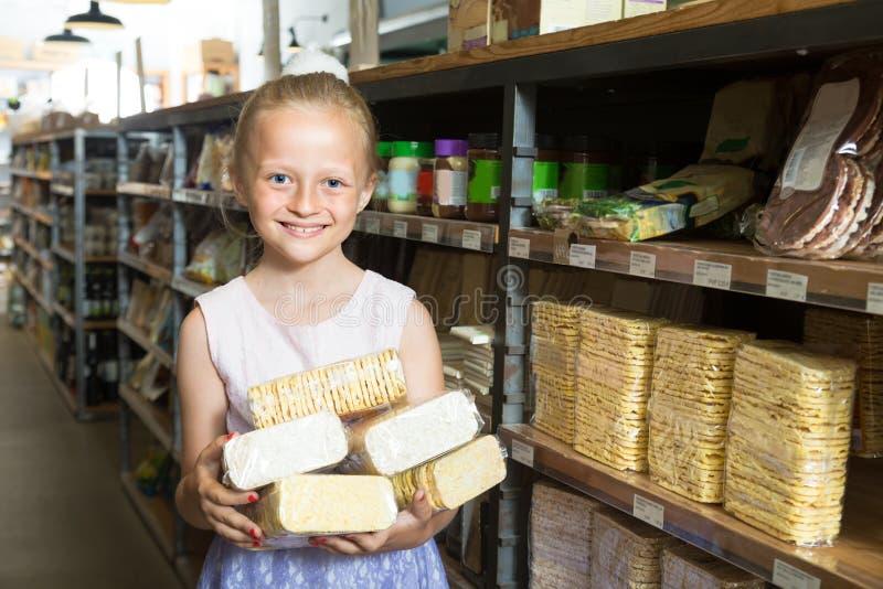 Девушка представляя с печеньями в супермаркете стоковая фотография