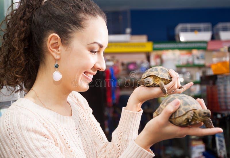 Девушка представляя с 2 tirtles стоковая фотография rf