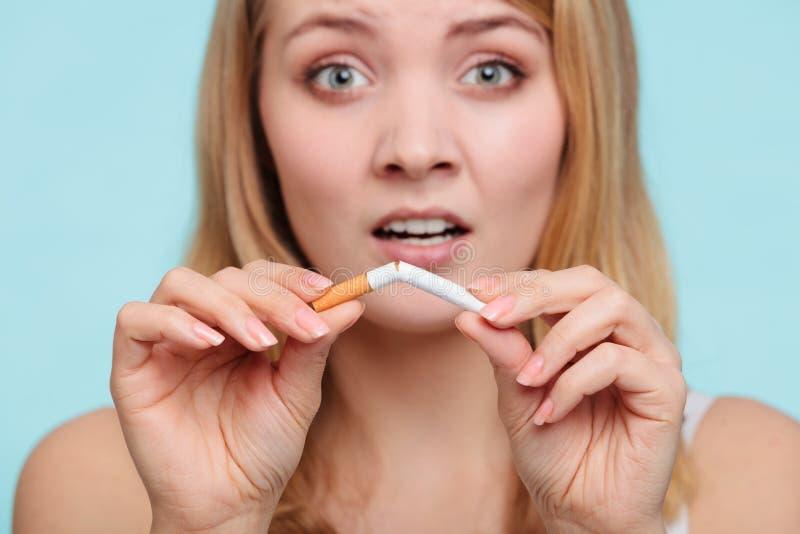 Девушка прекращая с сигаретой стоковое фото rf