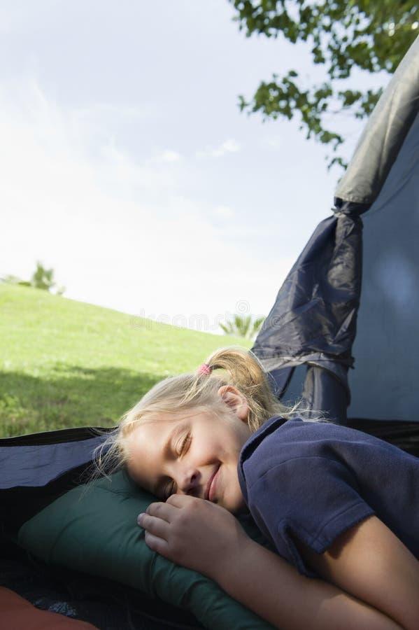 Девушка претендуя спать в шатре стоковая фотография