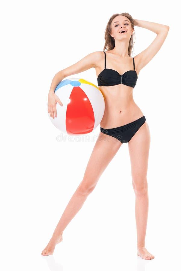 Девушка представляя в бикини с шариком пляжа стоковое изображение rf