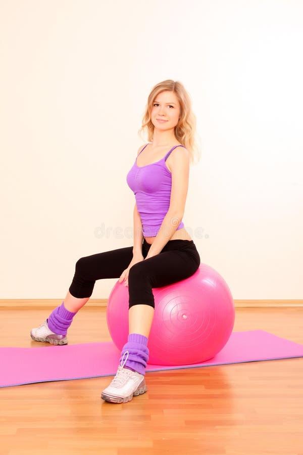 девушка пригодности работая в гимнастике стоковые изображения rf