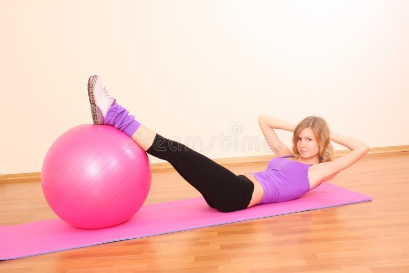 девушка пригодности шарика стоковое фото rf