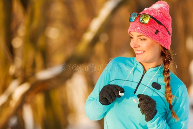 Девушка пригонки в парке зимы стоковые изображения