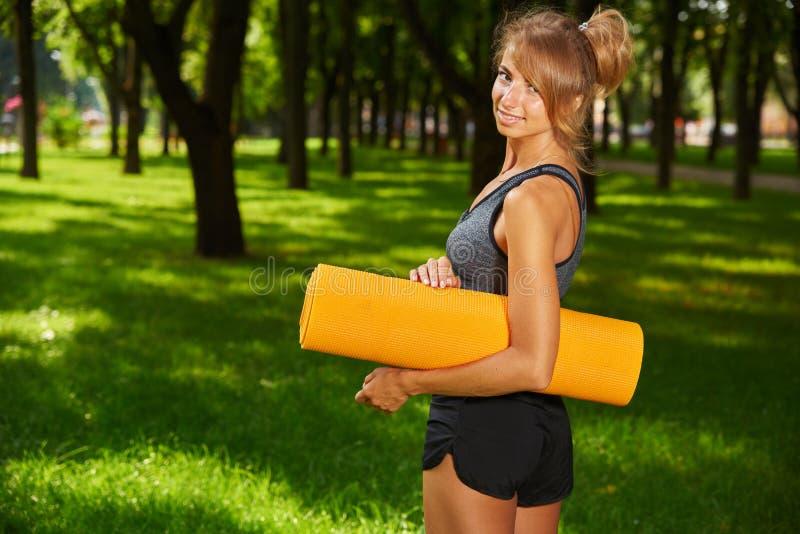 Девушка приниматься фитнес и гимнастику в парке стоковая фотография rf