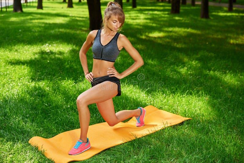 Девушка приниматься фитнес и гимнастику в парке стоковое фото