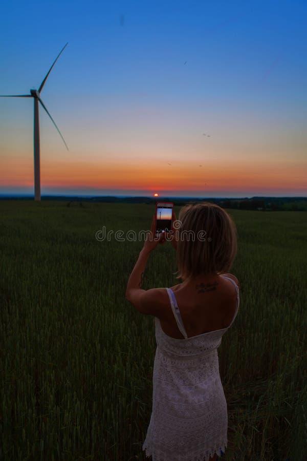 Девушка принимая фото ветрянки стоковое фото rf
