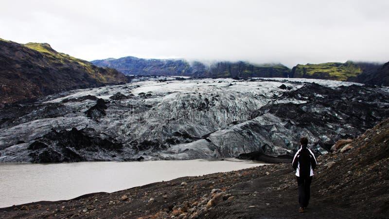 Девушка причаливая лагуне n ³ rlà ¡ Jökulsà ледниковой стоковые изображения rf