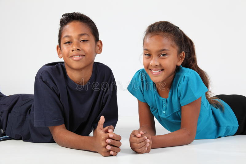 девушка приятельства мальчика этническая счастливая совместно стоковая фотография rf