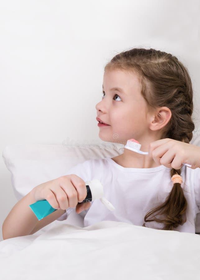 Девушка при зубная щетка и затир идя спать стоковая фотография