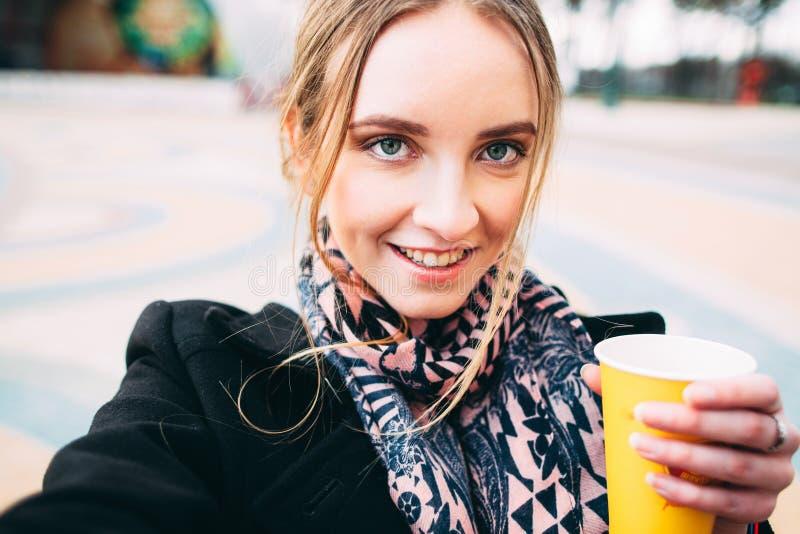 Девушка при кофе утра принимая selfie снаружи стоковые изображения rf