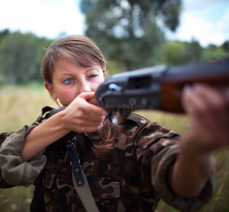 Девушка при оружие направляя на цель стоковое изображение rf