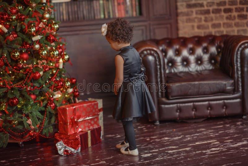 Девушка при темные волосы стоя на коробке с подарками рождество моя версия вектора вала портфолио стоковые фото
