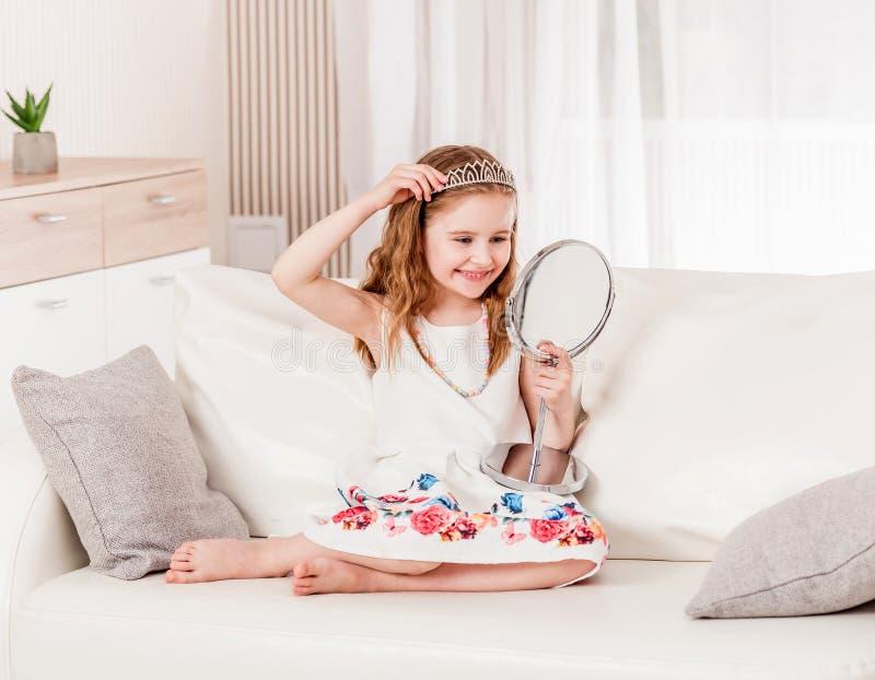 Девушка пробуя на новом diadem стоковые фотографии rf