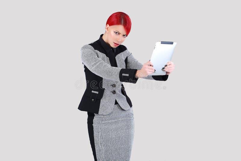 Девушка просматривая ультрамодную таблетку 3 стоковые фотографии rf