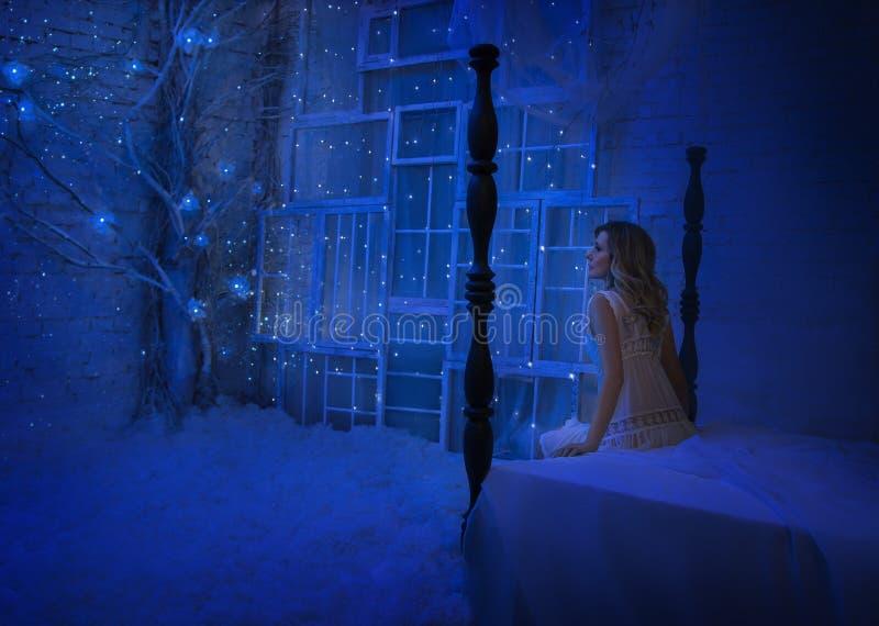 Девушка проспала вверх на ноче рождества и в ее комнату повернутое чудо, волшебство повернуло ее в fairy принцессу стоковое фото rf