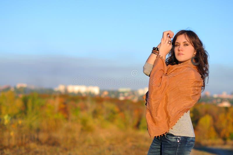 Девушка против города стоковая фотография rf