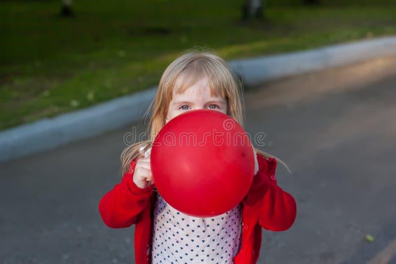 Девушка прячет за шариком стоковые фотографии rf