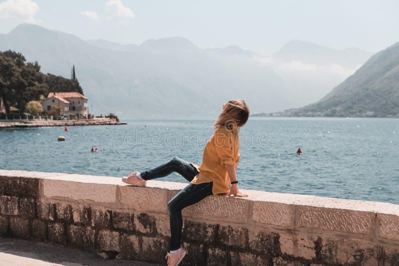 Девушка путешествуя море и Mountain View в Черногории Perast стоковое изображение