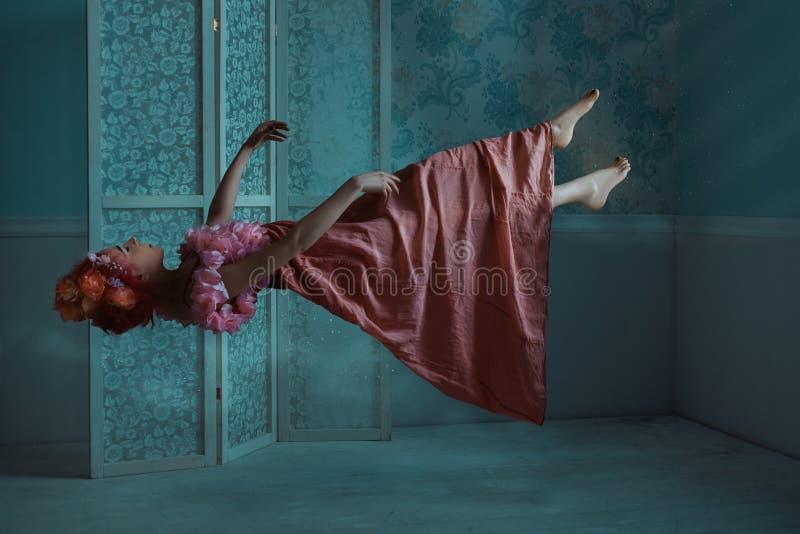 Девушка плавая в комнату стоковая фотография rf