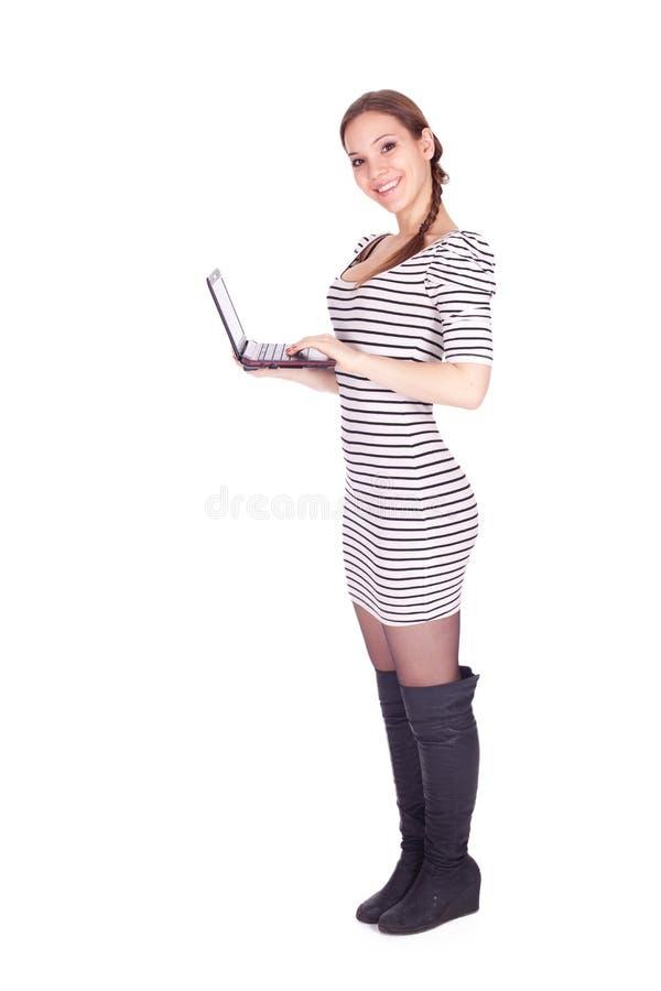 Девушка работая на компьтер-книжке стоковые фото