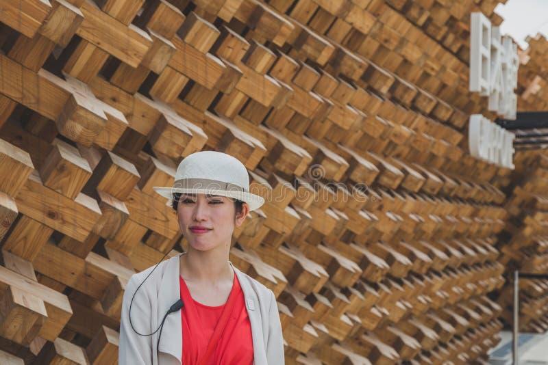 Девушка работая на экспо 2015 в милане, Италии стоковые изображения