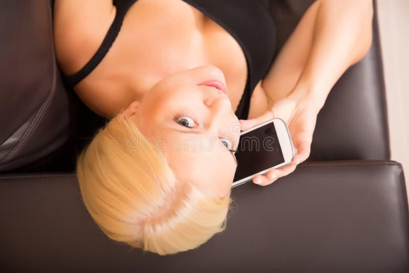 Download Девушка разговаривая с Smartphone Стоковое Изображение - изображение насчитывающей владение, дом: 40584791