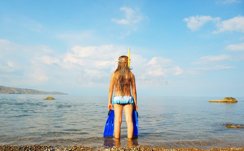 девушка расстояния смотрит seacoast стоковые фото